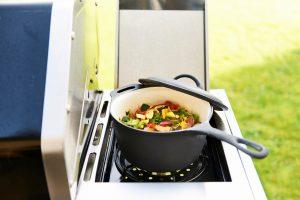 Bon-fire kasserolle i emaljeret støbejern er eminent på gasgrillen, på en kulgrill eller bålgrill.
