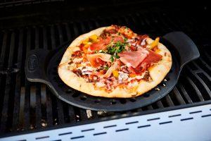 Bon-fire pizzaplade i støbejern giver de lækreste pizzaer med sprød bund og er også velegnet på gasgrillen.