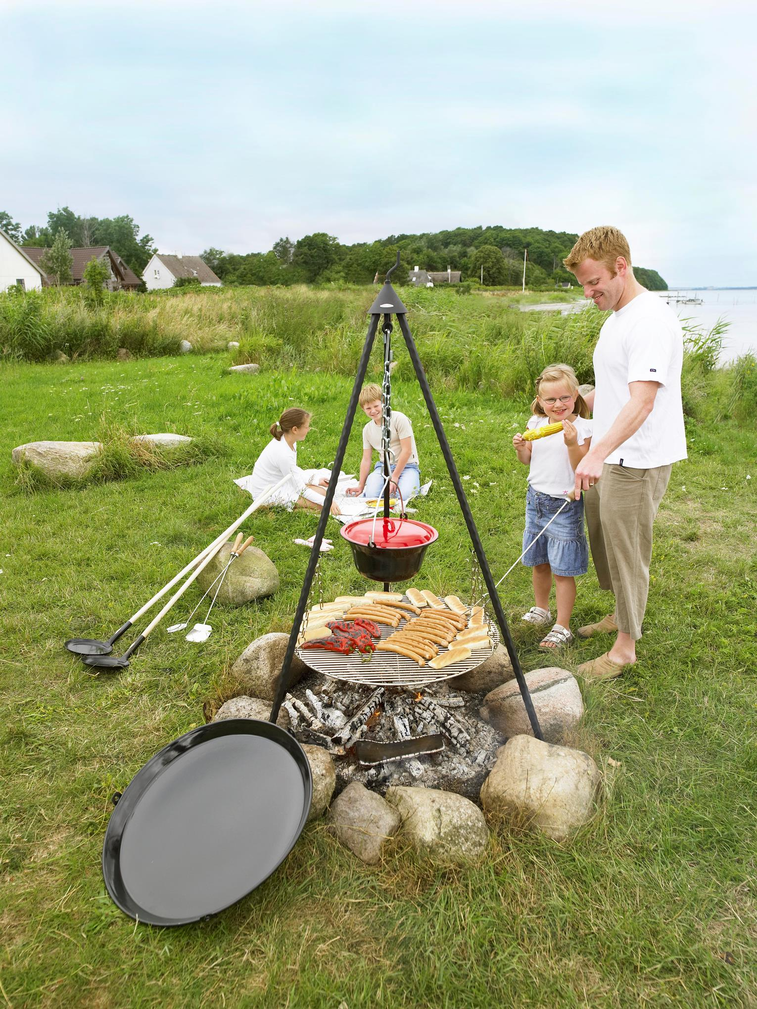 Bon-fire is for both children and grown-ups! Here Bon-fire Tripod with Grill grid, Stew pot and BBQ pan. On the side Pancake pans and mathing grill tools.