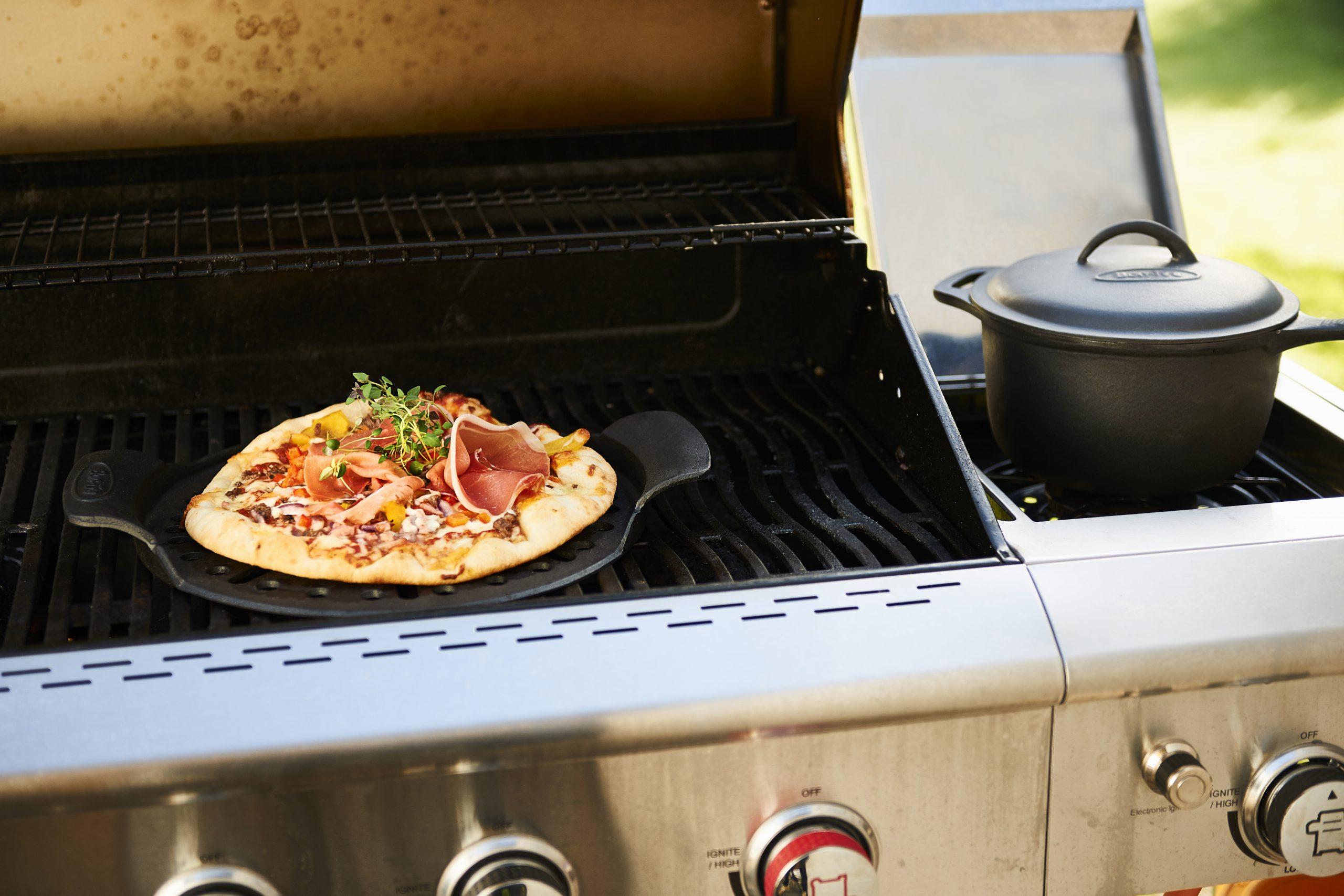 Bon-fire Pizzaplade og Kasserolle i støbejern på gasgrill.